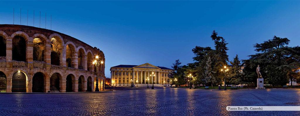 http://www.turismoverona.eu/media//_ComVR/Cdr/Turismo/emozionali_monumenti_piazza_bra.jpg